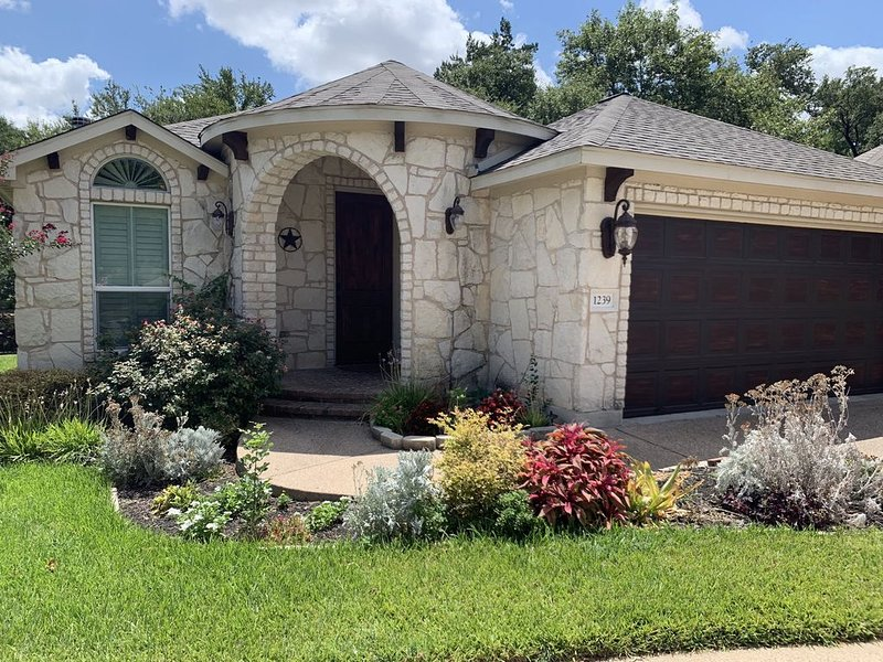 Beautiful home with private pool. Kid and pet friendly! Long term rates, vacation rental in Round Rock