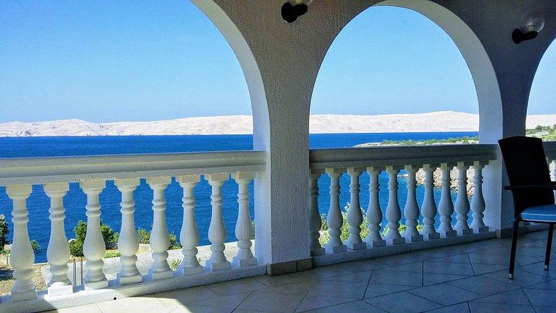 Villa Mihaela - Beachfront apartment 'Mario' with sea view and pool, holiday rental in Prizna