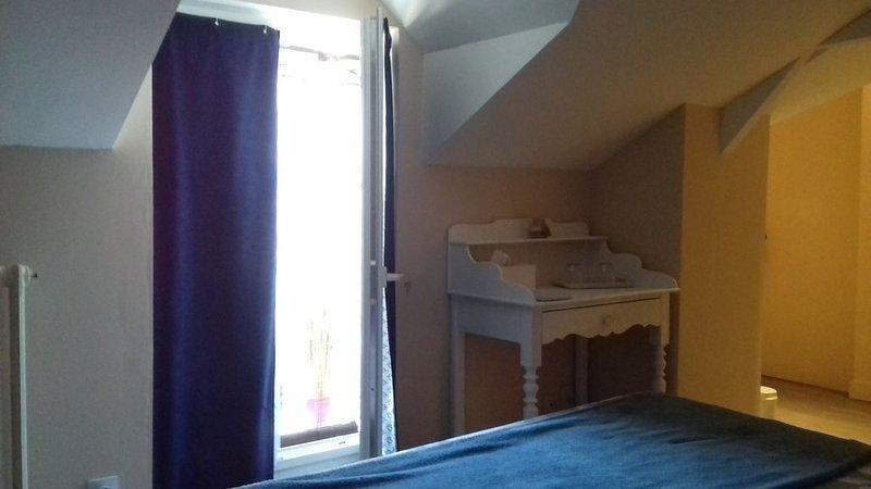 Chambre blanche avec salle d'eau et WC privés, holiday rental in Durtal