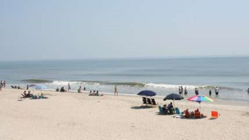 Beautiful N.C. Outer Banks Beach House in resort community with full ammenities, casa vacanza a Currituck