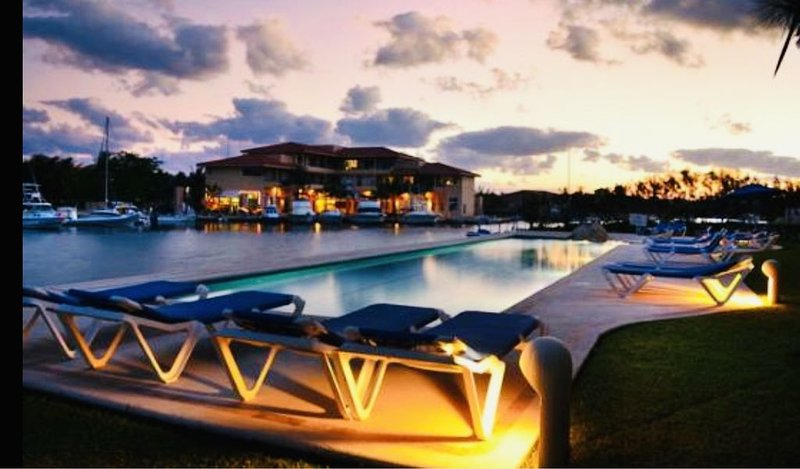 75%OFF‼️BEST waterfront location on the Mayan �� Jan 6-30LUX2BR/POOL/AC/MAIDS, vacation rental in Puerto Aventuras
