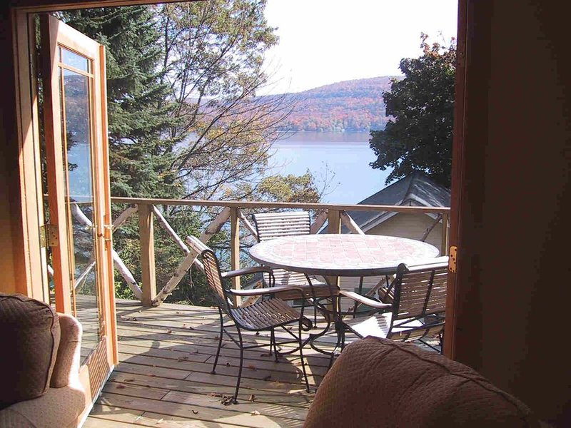 A delightful and artfully decorated 3 bedroom w lakefront in Cooperstown, aluguéis de temporada em Otsego