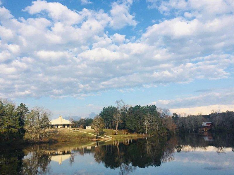 Lakefront Lodge perfect for families or hunters., location de vacances à Crockett