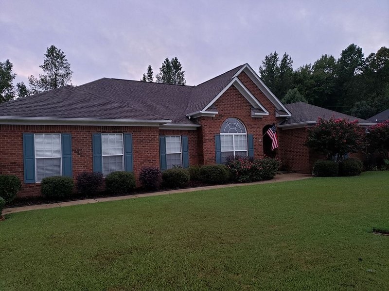 4 bed - 2 1/2 bath, Great for families!!  Near Stadium/Shopping (with POOL!!), holiday rental in Coker