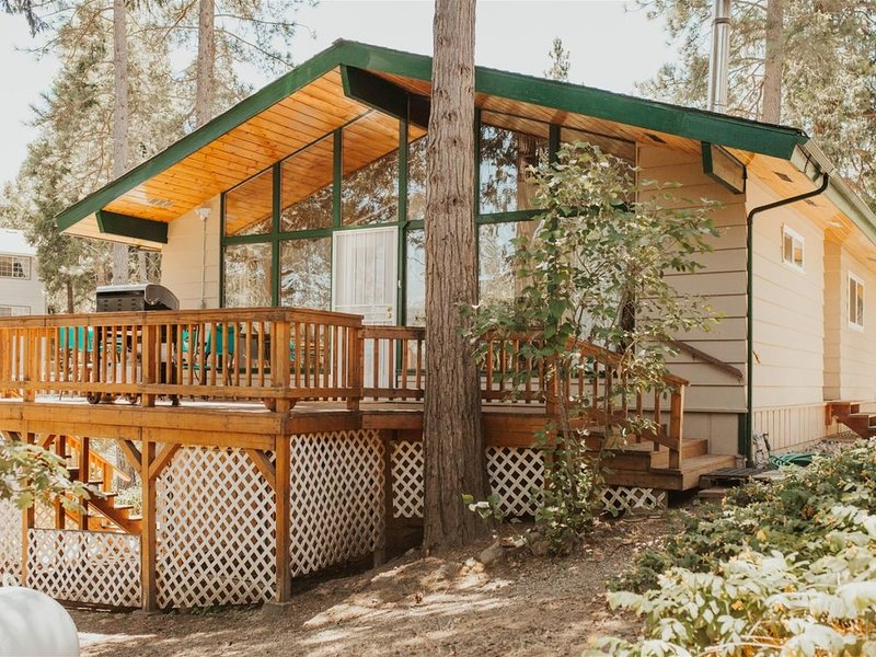 Bass Lake's Balsam Bungalow- Freshly renovated cabin with all new furniture and, holiday rental in Oakhurst