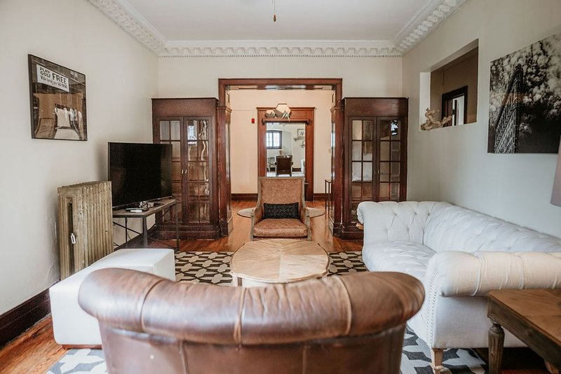 LARGE 3 Bedroom Apt w/ Kitchen & Living Room!  SLEEPS 6!!!, location de vacances à Wauwatosa