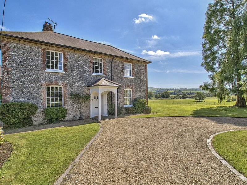 Sleeps 29 - Stunning Country House with Pool & Spa, holiday rental in Fittleworth