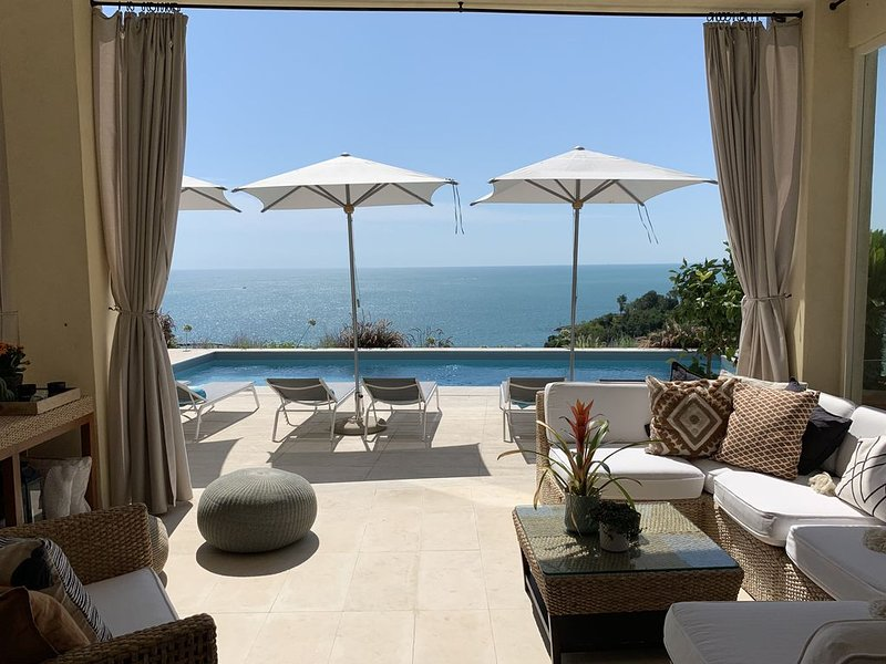 Beautiful character cliffside villa with magnificent pool and amazing sea views!, vacation rental in Camerano