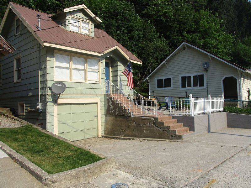 Hot Tub, Fire Pit, BBQ, Hulu & Netflix!, Just off Pulaski!, holiday rental in Avery