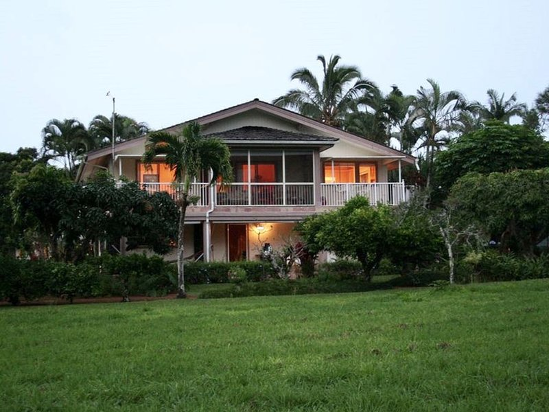 Spacious home on golf course with lush mountain views, alquiler de vacaciones en Princeville