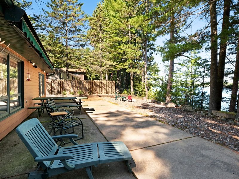 Family-friendly waterfront lodge w/ dock, firepit & outdoor sauna barrel!, holiday rental in Harshaw