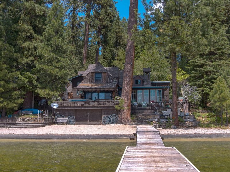 LAKEFRONT CABIN, PRIVATE BEACH, DOCK AND HOT TUB, holiday rental in New Meadows