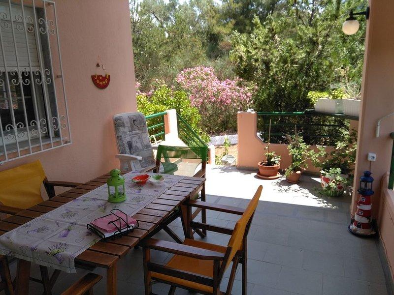 Ferienhaus mit Garten und Parkplatz, holiday rental in Fourka