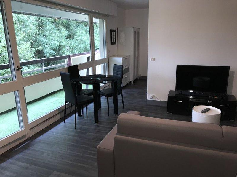 Appartement contemporain au calme tout confort sur les hauteurs de Trouville, holiday rental in Villerville