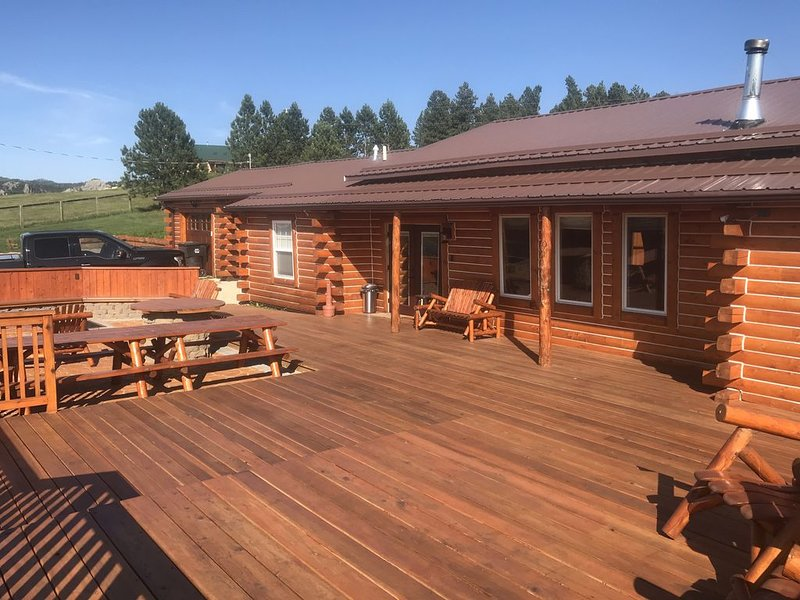 Crazy Horse Monument View!  Log Cabin - luxury remodel 2019 with rustic appeal., holiday rental in Custer