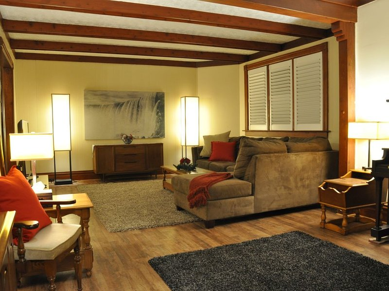 Spacious & Cozy Century Home | Perfect for families & friends getaway, vacation rental in Niagara Falls
