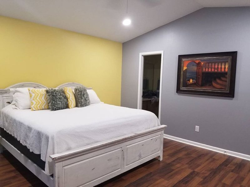 Cozy & family friendly- close to Mayo, UNF, & beaches, holiday rental in Jacksonville Beach
