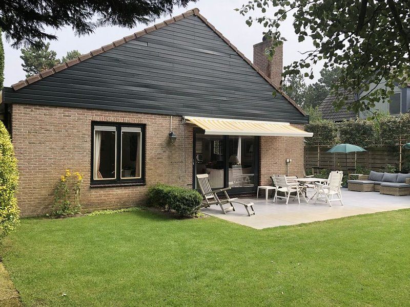 Lovely Holiday Home in Bergen aan Zee with Terrace, holiday rental in Bergen aan Zee