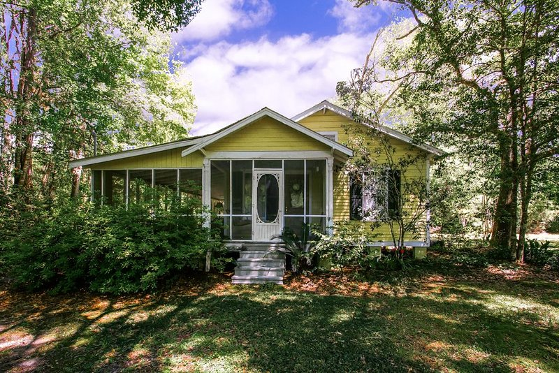 Cozy Cottage with Guest House, Gazebo and Deck, casa vacanza a Abita Springs