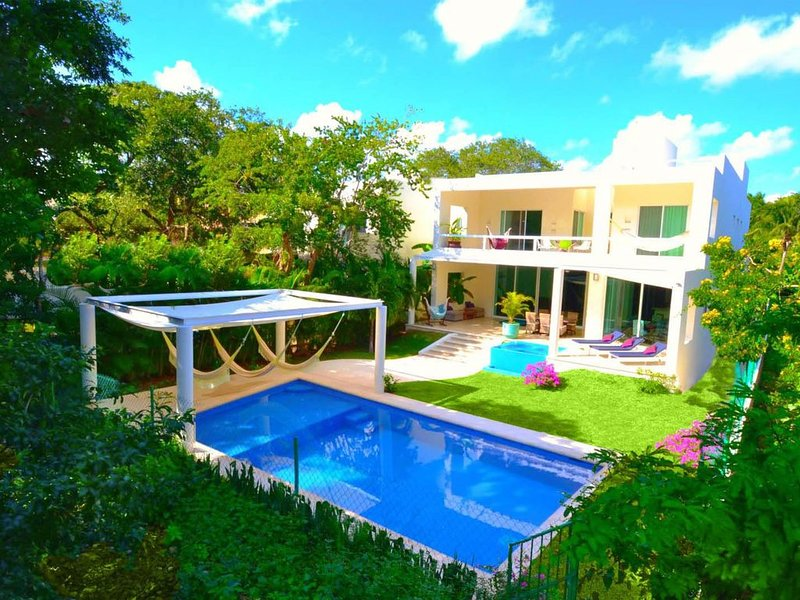 VILLA MARIPOSA, PRIVATE POOL, JACUZZI & HOT TUBE, 6 BDR., 5600 sq. ft., location de vacances à Playa del Carmen