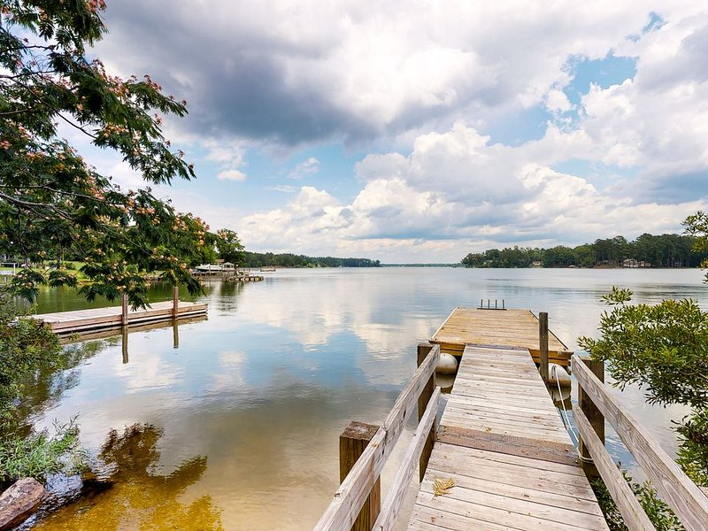 Two lakefront cabins with a dock and a firepit, on two acres!, holiday rental in Prosperity