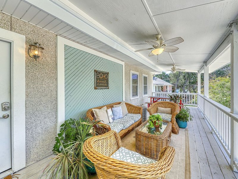 Upscale home two blocks from the ocean, w/private hot tub & covered deck!, location de vacances à Wilmington Island