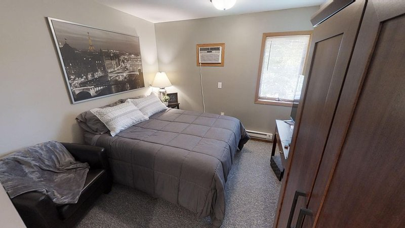 Studio Apartment with full kitchen. Near Shopping Center, downtown Marquette, vacation rental in Marquette