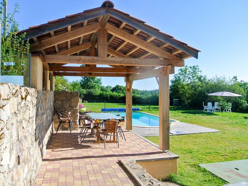 Lovely Holiday Home in Lavoine with Pool, location de vacances à Ferrières-sur-Sichon