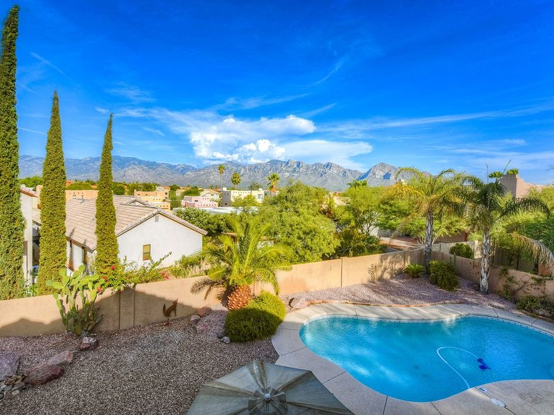 Large, dog-friendly home w/ private pool & enclosed yard w/ mountain views, location de vacances à Oro Valley