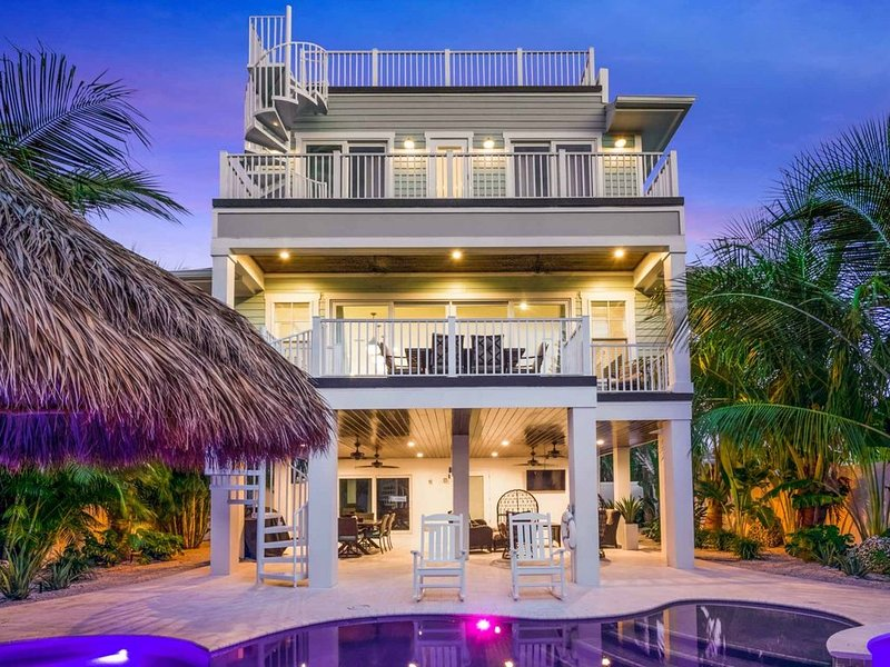 Location, Location, Location-7 Houses to the Beach! Roof Top Deck! Amazing Pool!, holiday rental in Lido Key
