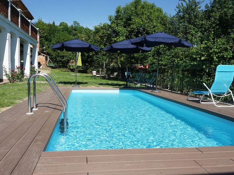 LA CASA BLU HOLIDAYS stupenda casa con piscina nel Monferrato a 15 min da Asti, vacation rental in Fubine