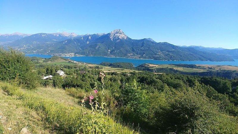 Le Chalet Gaby, Maison avec vue panoramique sur le lac de Serre Ponçon, holiday rental in Puy-Sanieres