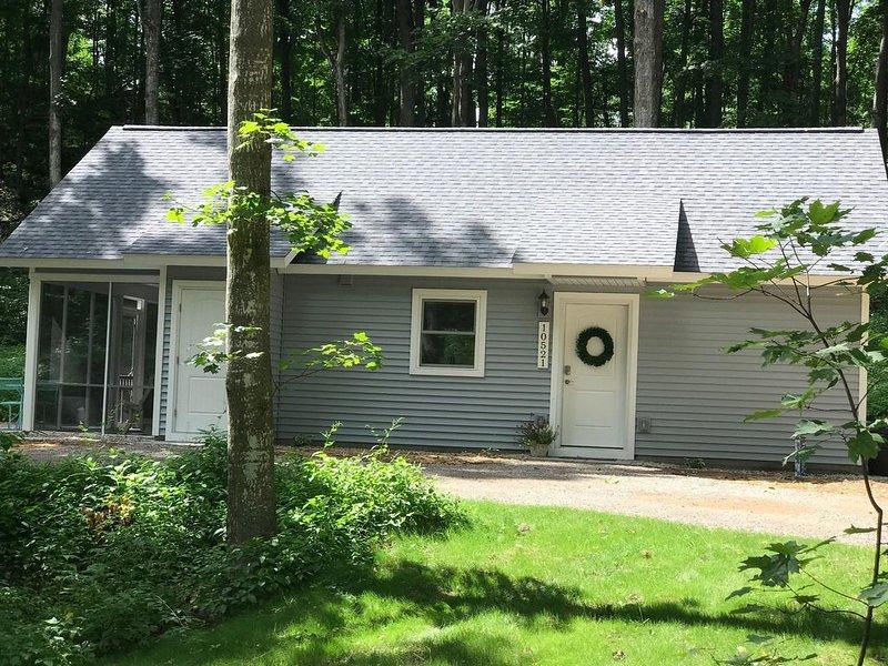 Peaceful cabin in quiet wooded setting❤️, location de vacances à Traverse City