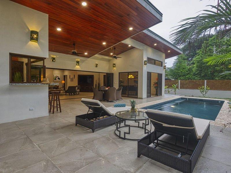 Sleeps 8, Brand New, private pool, steps from beach, dining and shopping, aluguéis de temporada em Guapil