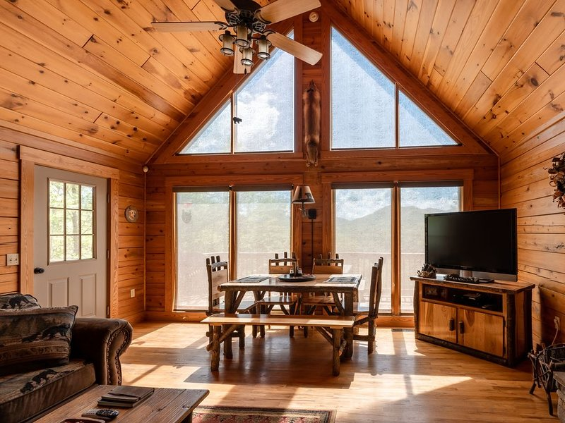 Family Friendly Mountain View Spacious Cabin w/Fire Pit, Game Room, casa vacanza a Topton