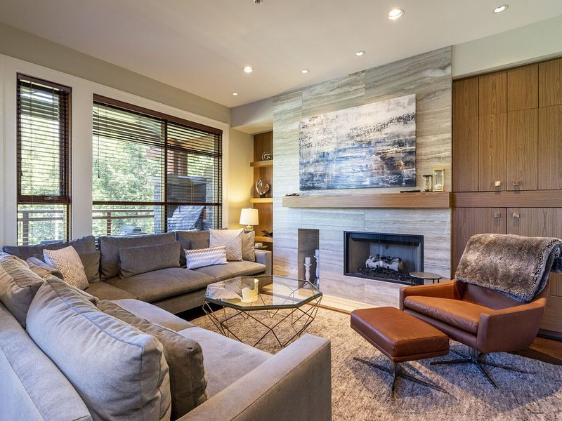 Fitzsimmons Walk Luxury 3 Level Townhome with Private Hot Tuband Media Room, vakantiewoning in Pemberton