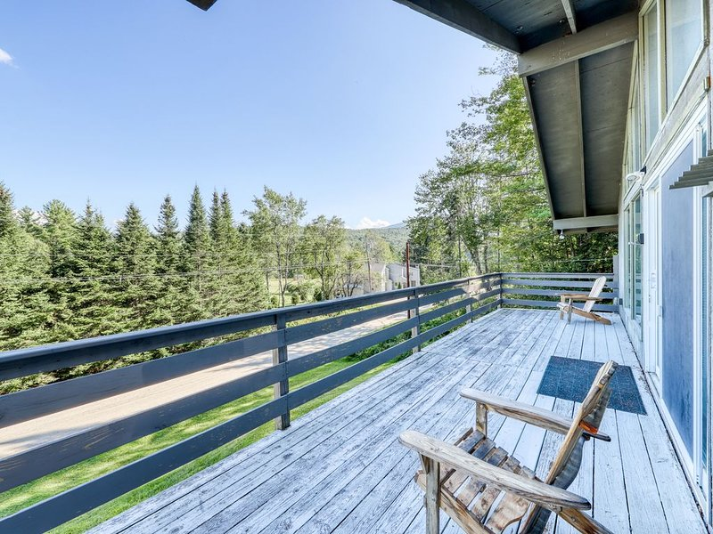 Comfortable top-floor duplex in the forest w/gas fireplace and deck! Dogs ok!, holiday rental in Londonderry