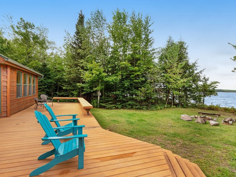 Secluded lakefront getaway with private dock, location de vacances à Mercer