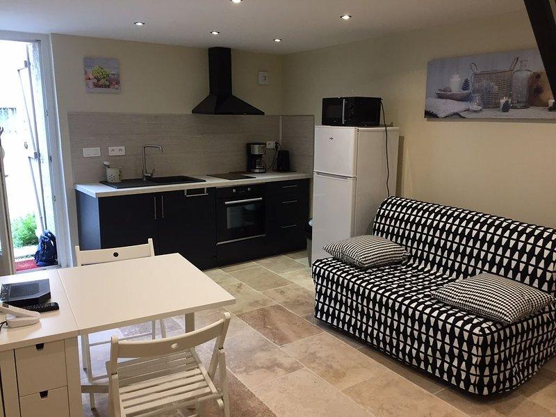 appartement neuf dans maison de village, holiday rental in La Verdiere