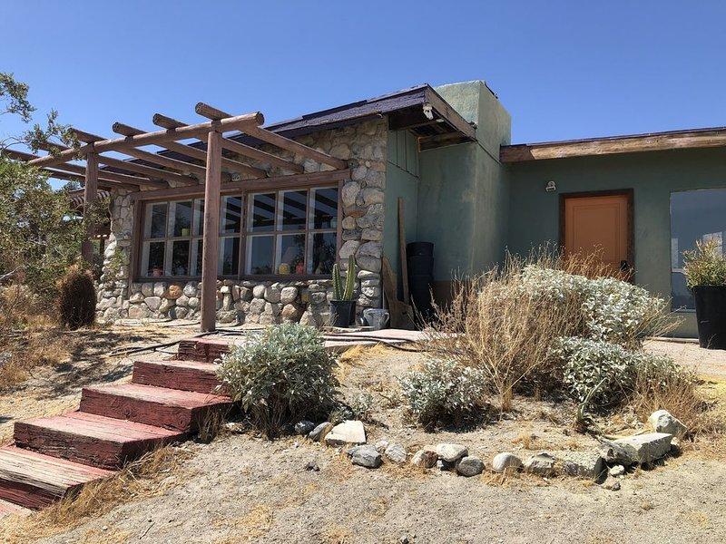 Midcentury homestead with stunning views between Palms Springs and Joshua Tree, alquiler de vacaciones en Morongo Valley