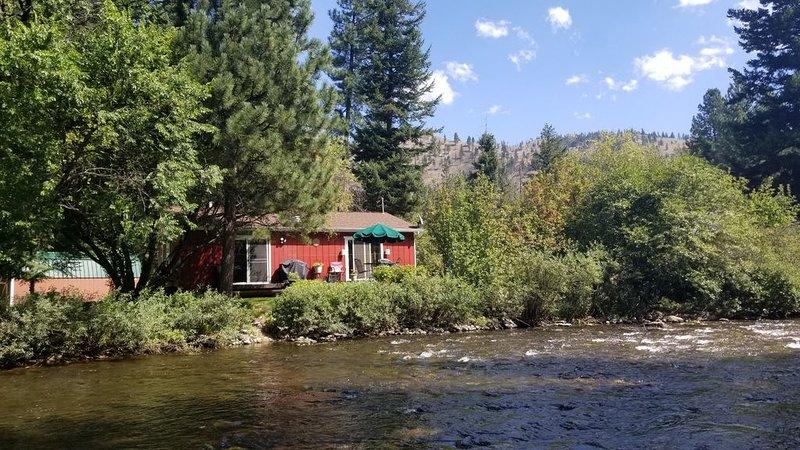 One fun acre below Lolo Peak on Lolo Creek!, location de vacances à Stevensville