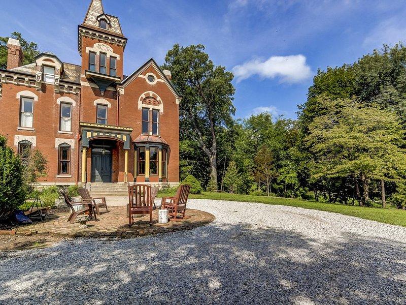 Three Pines Petersburg - Luxurious 10 Bedroom Home in Historic Petersburg, casa vacanza a Springfield