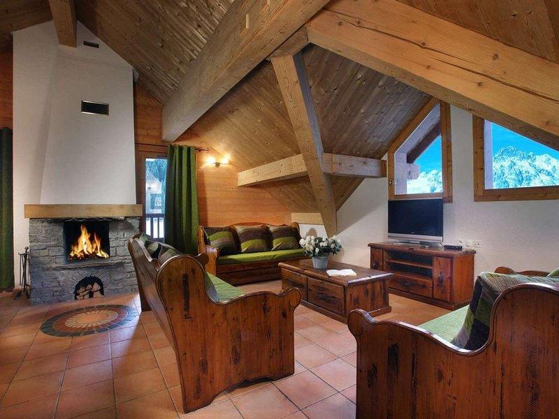 Wifi, à 50m des pistes de ski, remise en forme, piscine, balcon, cheminée ou poê, location de vacances à Allemond