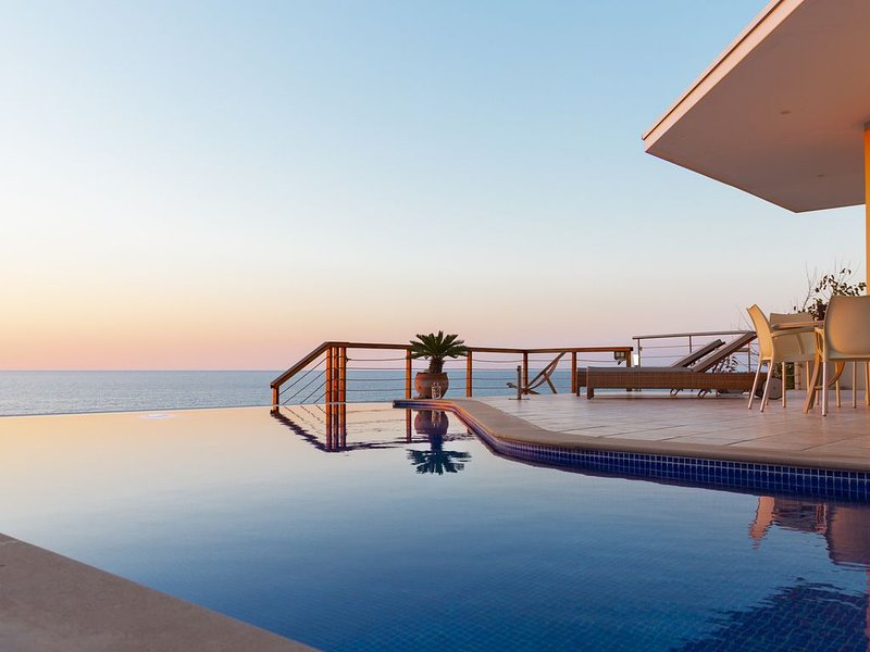Sea front luxury beach villa with private swimming pool, holiday rental in Nea Dimmata