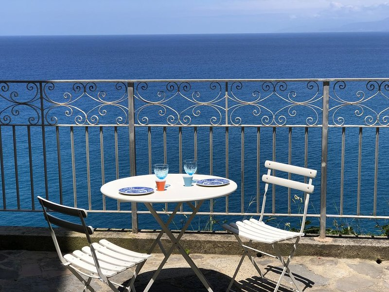 Relax at PALAZZO PIZZO RESIDENCE in charming fisher village by the sea, alquiler de vacaciones en Province of Vibo Valentia
