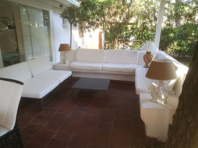 Villa con guardiania H24, veranda, spiaggia, golf., holiday rental in Castellaneta
