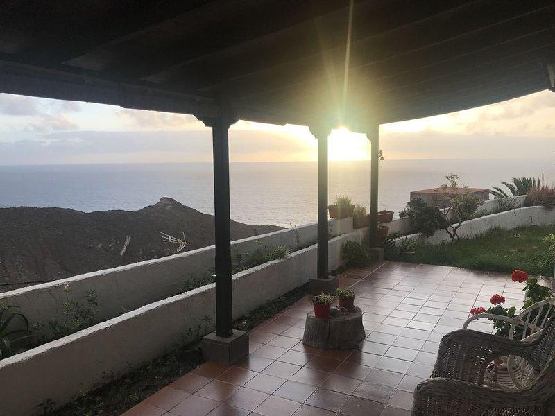 Casa La Vista, atardeceres frente al mar en Alojera, holiday rental in Arure
