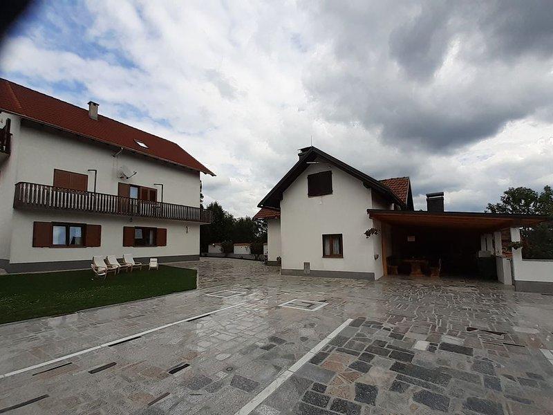 APPARTAMENTO CON 3 CAMERE DA LETTO MATRIMONIALI, SALA, CUCINA, E BAGNO., holiday rental in Karlovac County