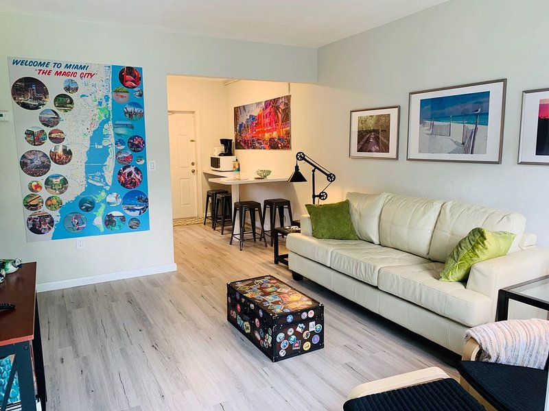 Whole house Miami-Close to Beaches. King bed-Free parking-Wifi.Close to downtown, aluguéis de temporada em Opa Locka