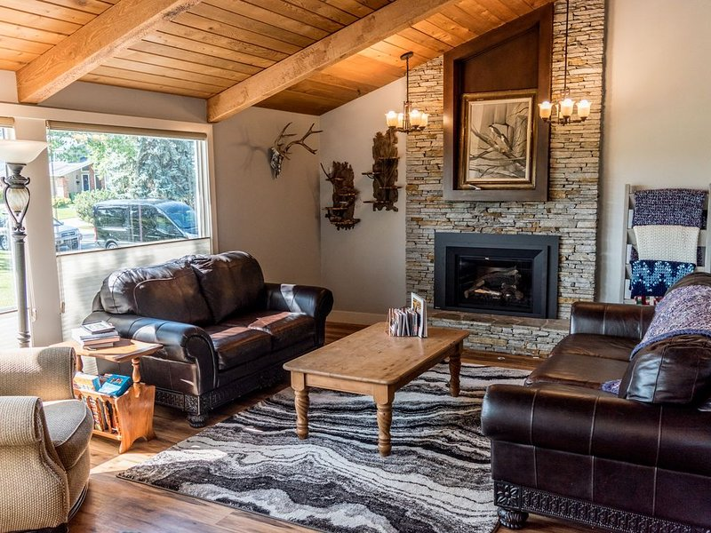 Amazing Location. Beautiful renovated home on Fish Creek Park, holiday rental in Calgary